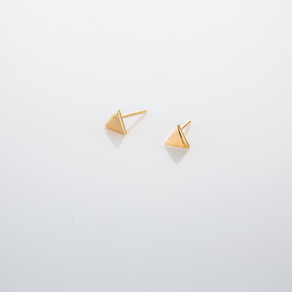 תמונת מוצר, עגילים קטנים וצמודים בצורת משולש בצבע זהב.