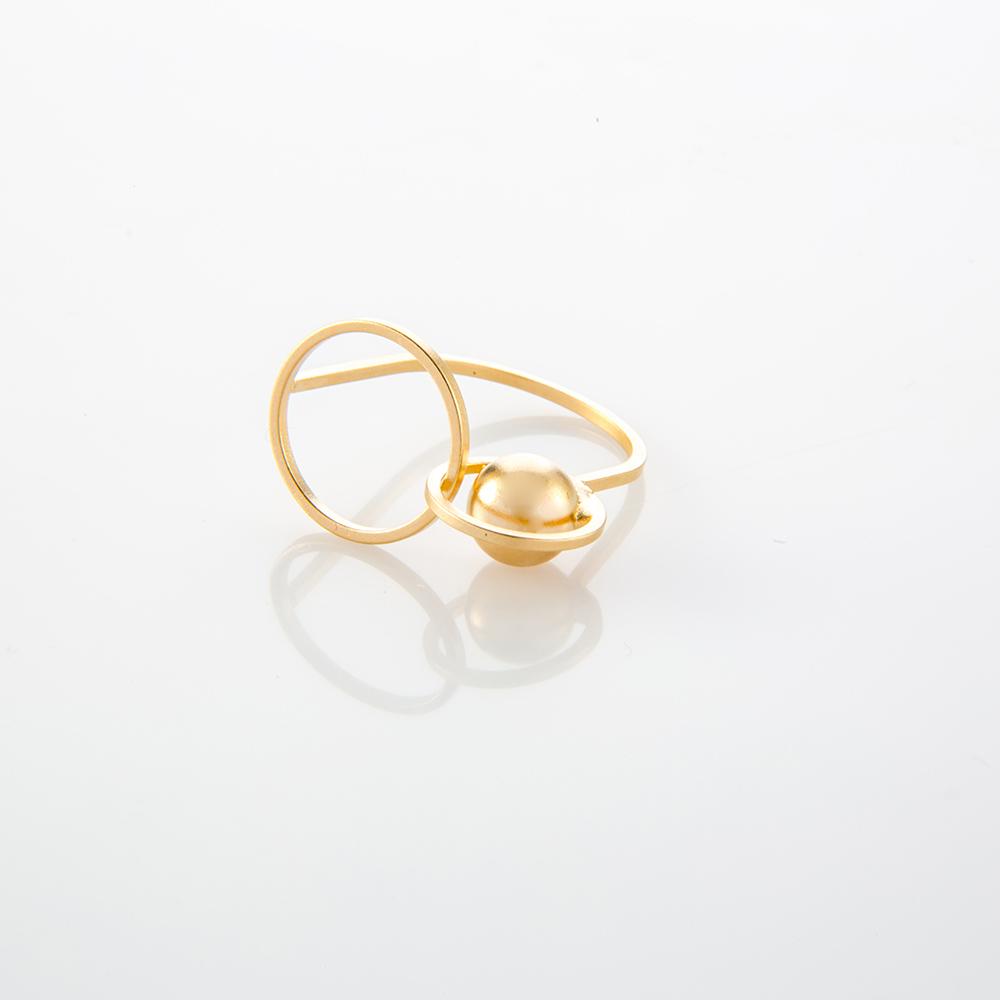 תמונת מוצר, טבעת דקה ועדינה בצבע זהב, עם שני עיגולים בגדלים שונים וכדור.