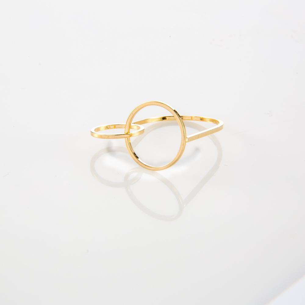 תמונת מוצר, טבעת בצבע זהב שכולה בקווי מתאר דקים. בחלק העליון שלה שני עיגולים בגדלים שונים.