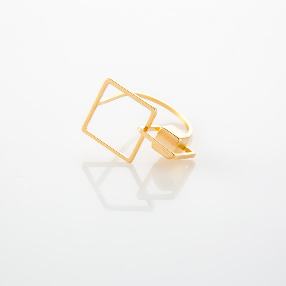 תמונת מוצר, טבעת דקה בצבע זהב עם שני ריבועים בגדלים שונים וקובייה.