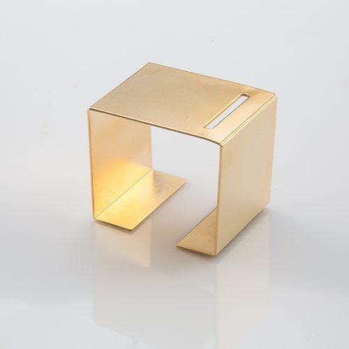 תמונת מוצר, צמיד מרובע גדול ורחב בצבע זהב עם חיתוך אובלי צר בחלקו העליון.