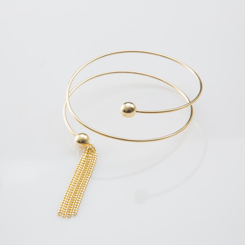 תמונת מוצר, צמיד ספירלה בצבע זהב, עם כדור בכל קצה וארבע שרשראות גורמט דקות בקצה אחד.