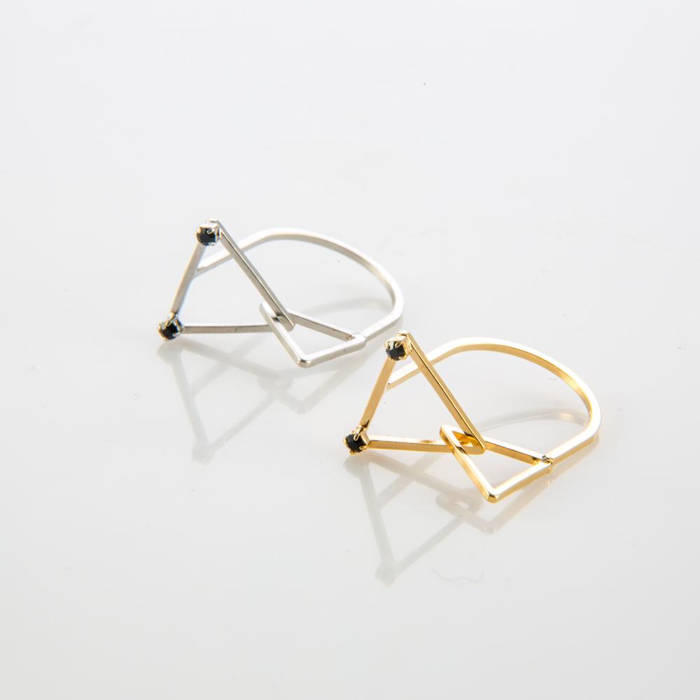 תמונת מוצר, טבעת דקה ועדינה עם שני משולשים בשיבוץ שני אבנים קטנות בצבע שחור. בתמונה מופיעה גם בצבע כסף וגם בצבע זהב.