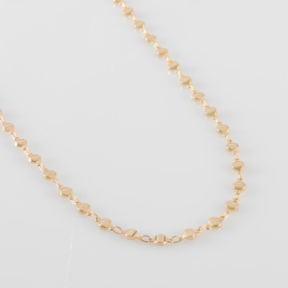 תמונת מוצר, שרשרת קצרה בצבע זהב, עשויה עיגולים קטנים.