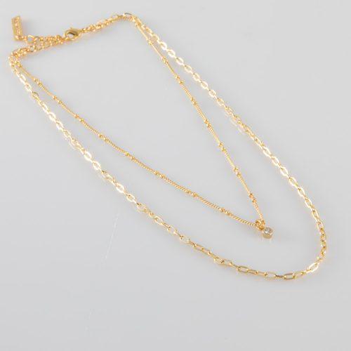 תמונת מוצר, שרשרת כפולה קצרה ועדינה בצבע זהב עם תליון קטן משובץ זרקון בצבע קריסטל.