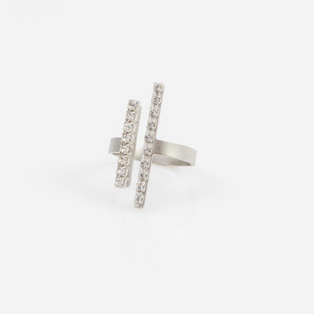 תמונת מוצר, טבעת פתוחה בצבע כסף עם שני מוטות לאורך בשיבוץ אבני קריסטל קטנות.