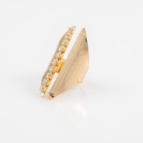 תמונת מוצר, טבעת גדולה בצבע זהב בשיבוץ אבני קריסטל קטנות.