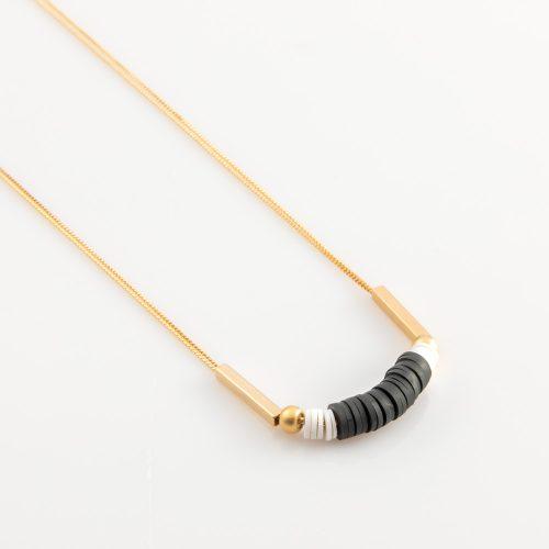 תמונת מוצר, שרשרת דקה כפולה בצבע זהב עם דסקיות סיליקון שחורות ולבנות, שני חרוזים ושני צינורות מכל צד.