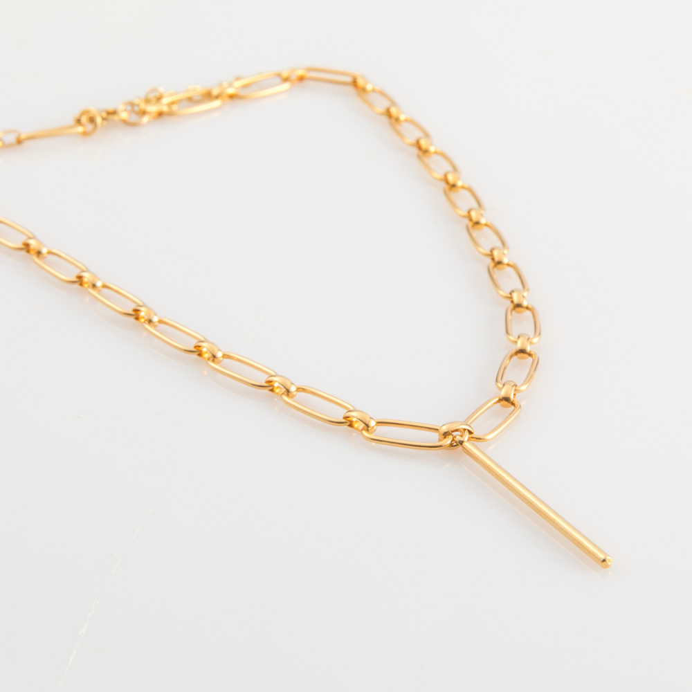 תמונת מוצר, שרשרת חוליות בצבע זהב, עם תליון מקל במרכז.