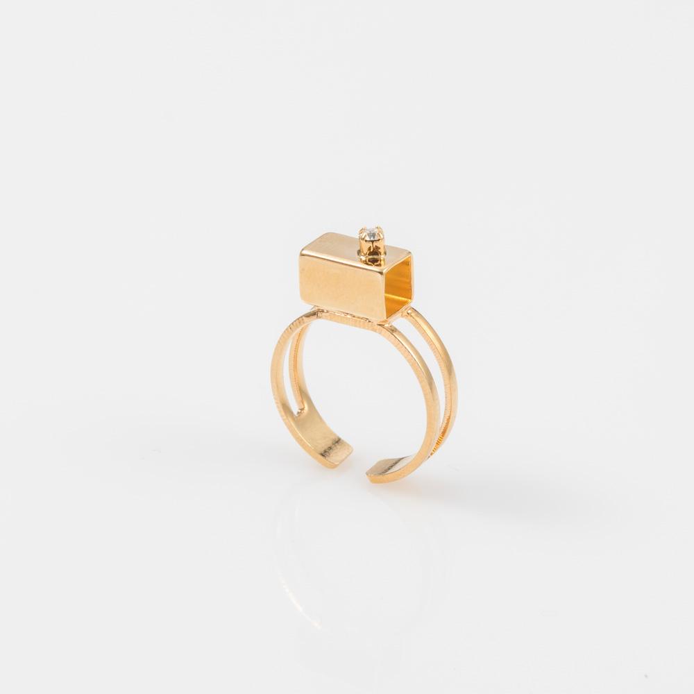 תמונת מוצר, טבעת עדינה בצבע זהב, עם מלבן חלול בשיבוץ אבן סברובסקי שקופה וקטנה.