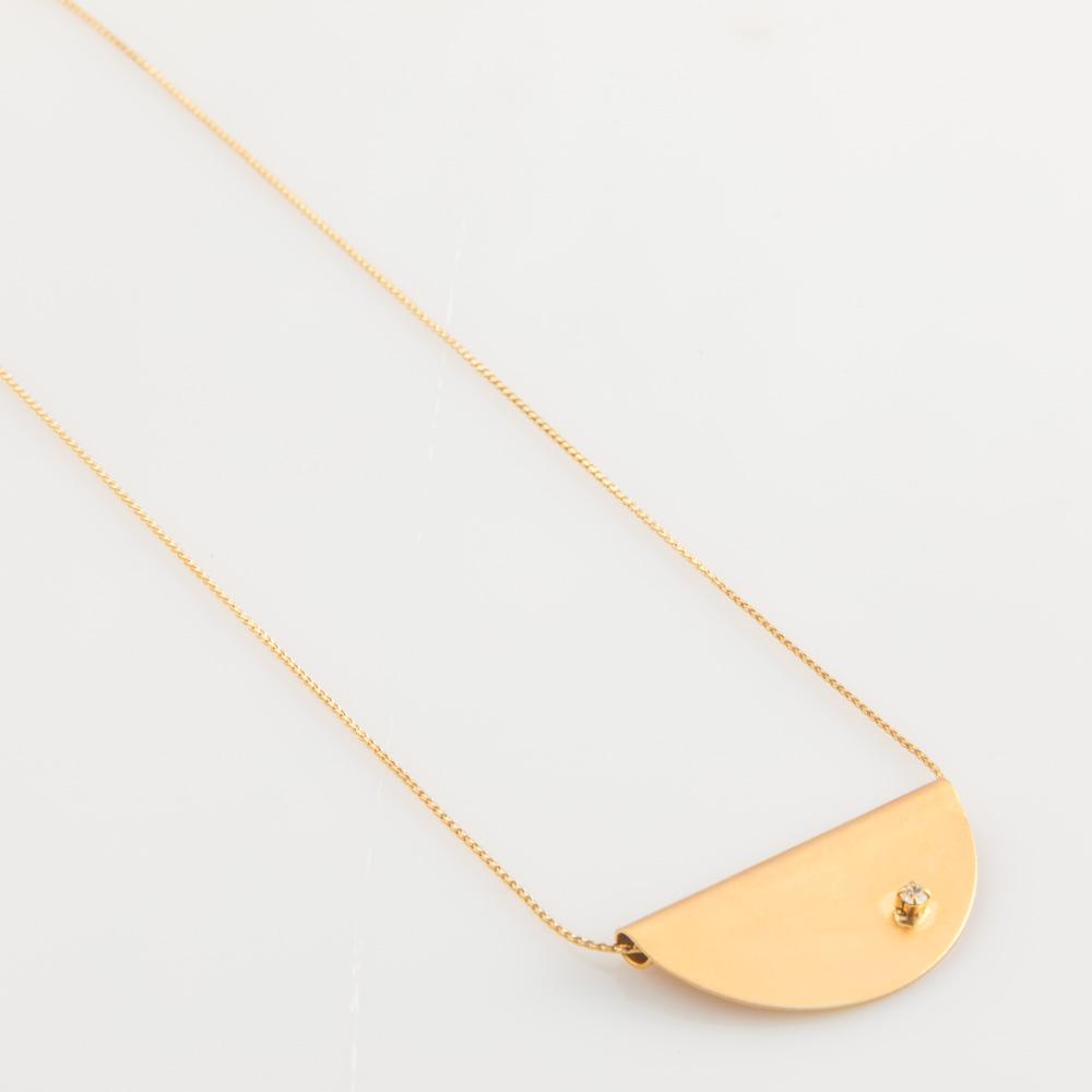 תמונת מוצר, שרשרת דקה בצבע זהב עם תליון חצי עיגול בשיבוץ אבן קריסטל קטנה.