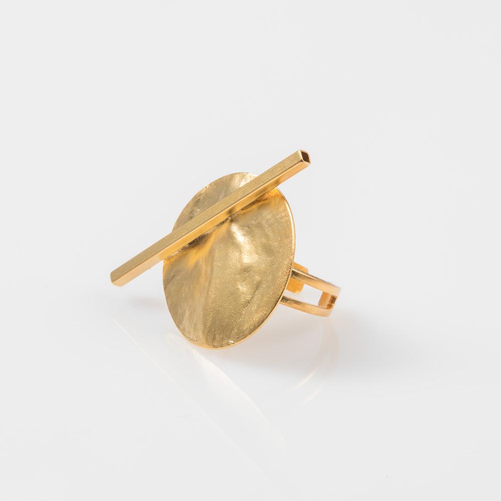 תמונת מוצר, טבעת בצבע זהב עם דיסקית עגולה מרוקעת ומקל אלכסוני חוצה.