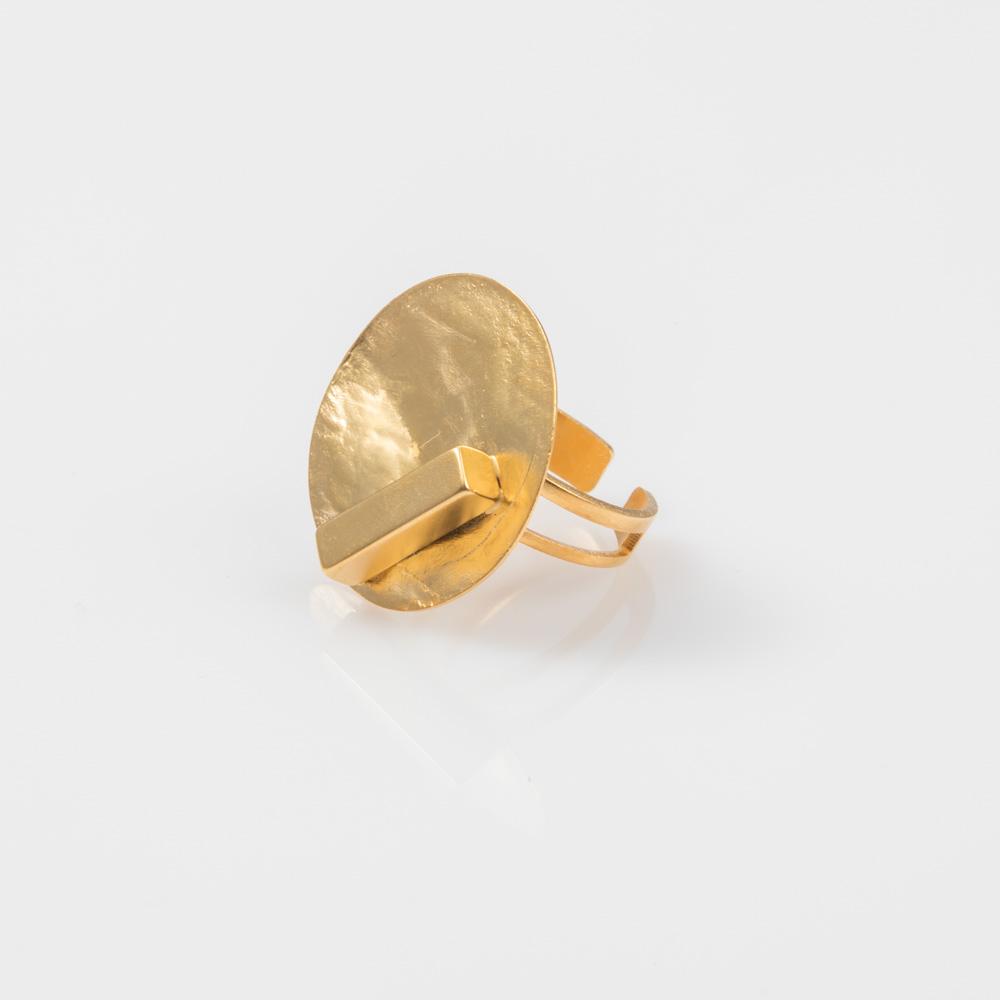 תמונת מוצר, טבעת בצבע זהב עם דיסקית עגולה רקועה ומלבן עבה מעליה.