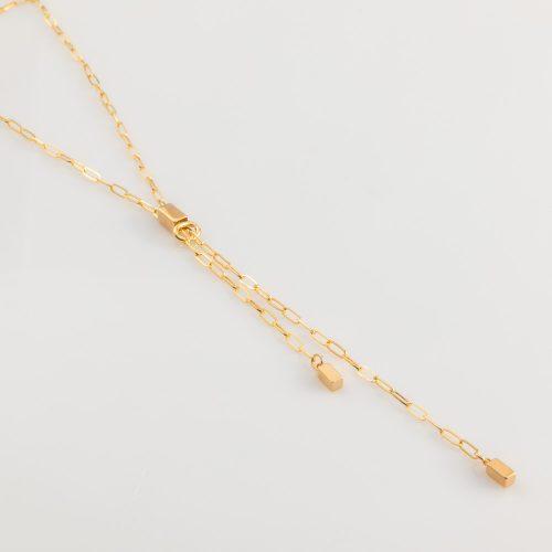 תמונת מוצר, שרשרת חוליות ארוכה בצבע זהב, עם חוליה מאגדת במרכז שממנה נתלות שתי שרשראות ובסופם קובייה קטנה.