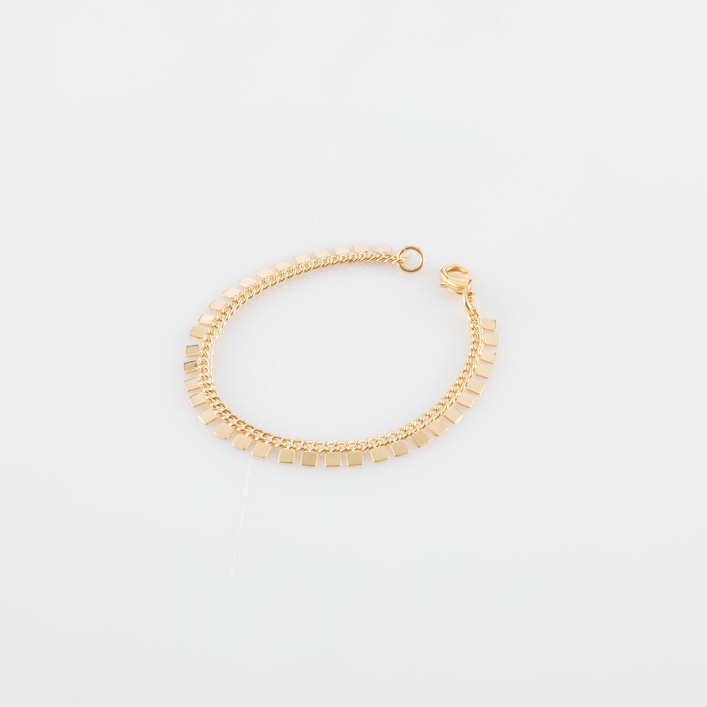 תמונת מוצר, צמיד חוליות עדין, בצבע זהב,עם ריבועים קטנים לכל אורכו.