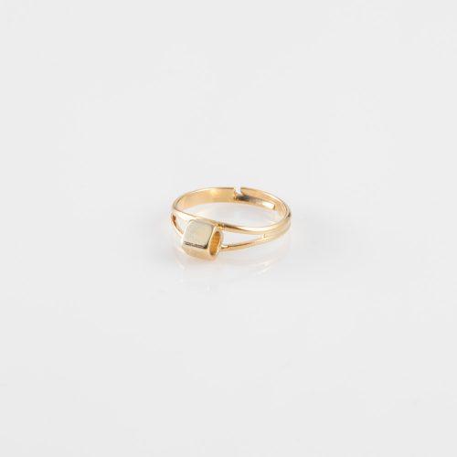 תמונת מוצר, טבעת עדינה בצבע זהב, עם אלמנט של קובייה חלולה.