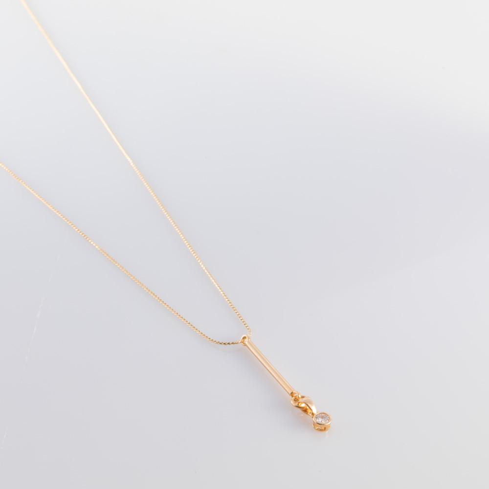 תמונת מוצר, שרשרת דקה קצרה, בצבע זהב, עם תליון מקל לאורך שבקצהו מחובר תליון עם אבן זרקון בצבע קריסטל.
