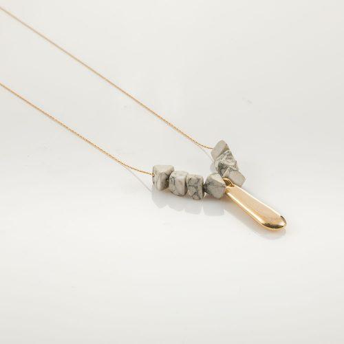 תמונת מוצר, שרשרת זהב עם תליון זהב ואבנים בשילוב שחור לבן כמו שיש.