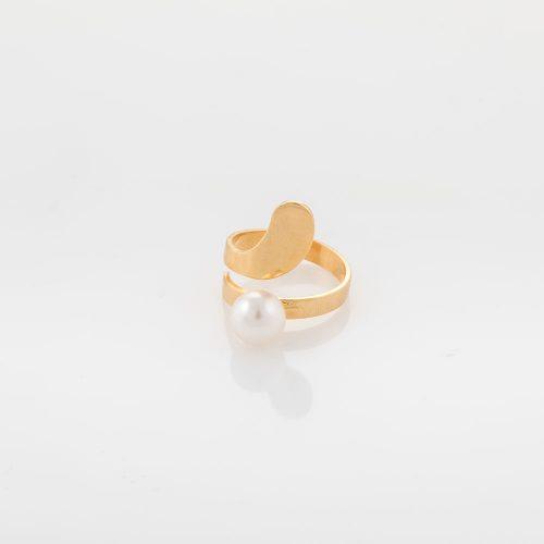 טבעת מלופפת בזהב עם פנינה