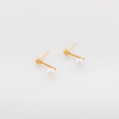 תמונת מוצר על רקע לבן, עגילים עדינים זהב עם כדור זהב ופנינה עגולה לבנה
