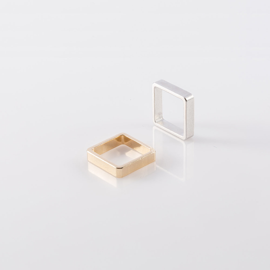 תמונת מוצר, שתי טבעות מרובעות עבות אחת בצבע זהב והשניה בצבע כסף.