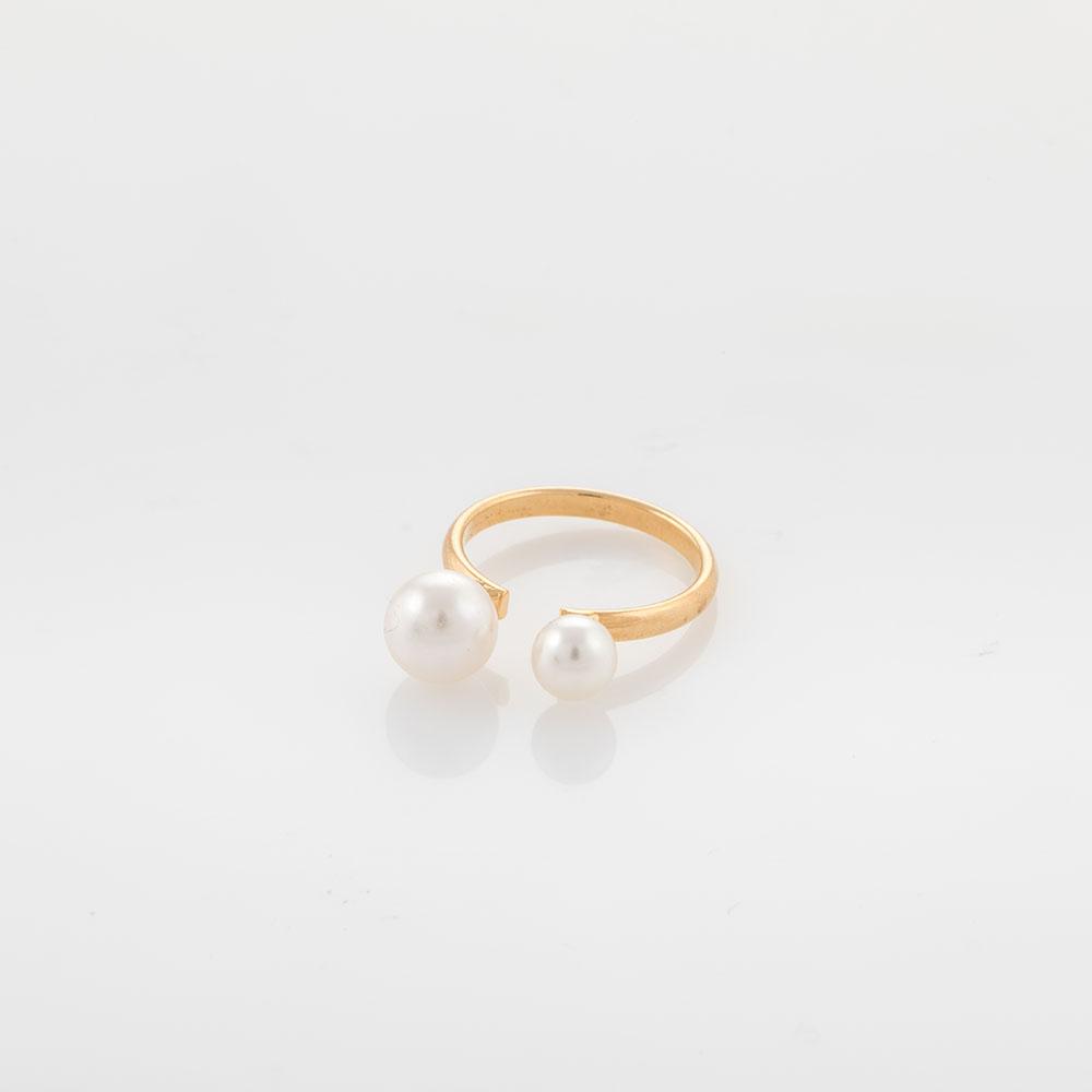 טבעת זהב פתוחה עם פנינים בשני גדלים.