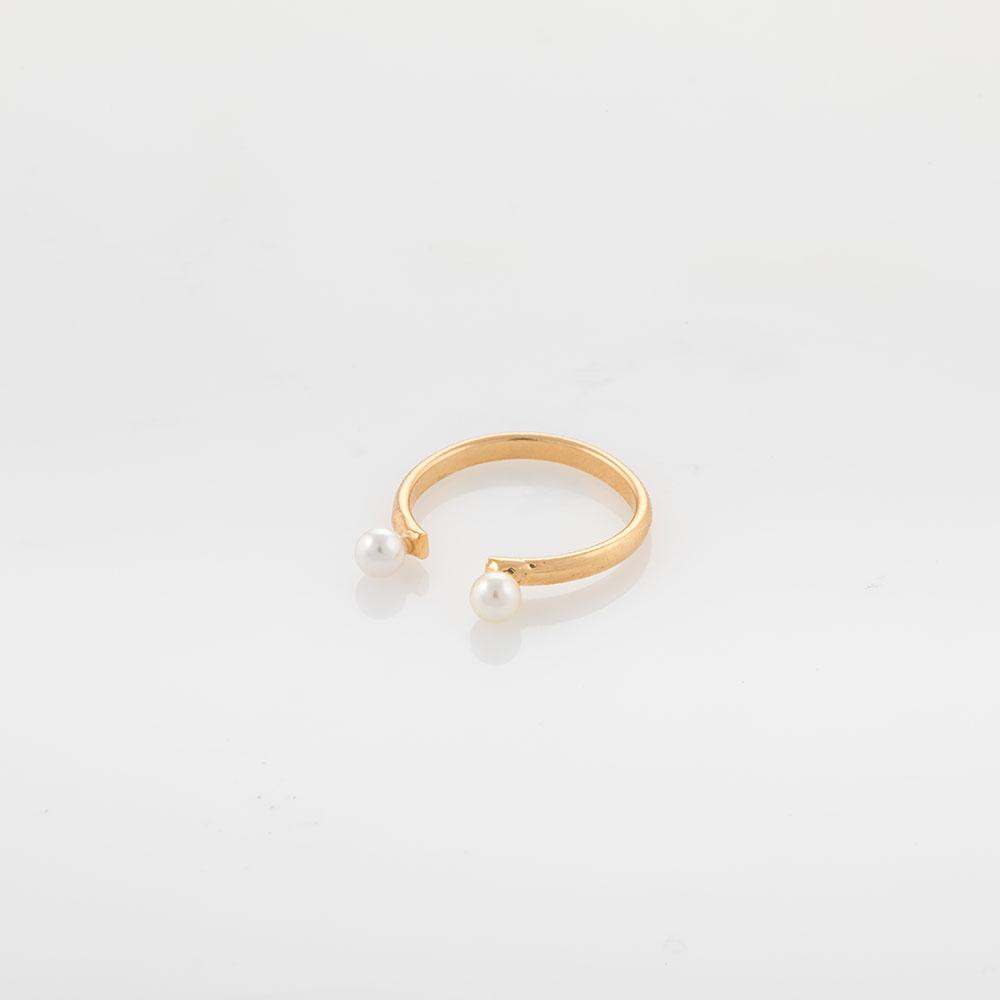 טבעת זהב פתוחה עם שתי פנינים קטנות.
