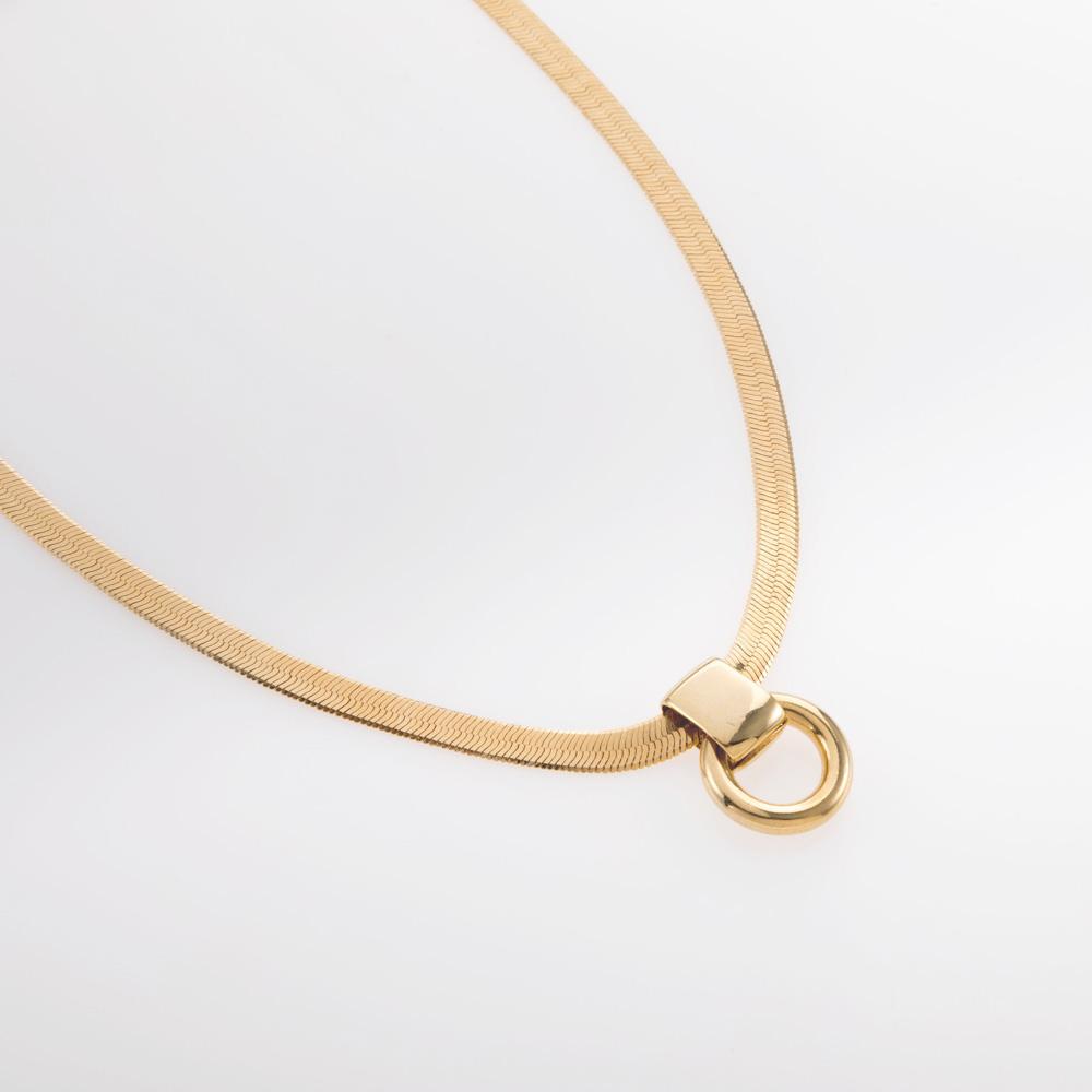 שרשרת קצרה שטוחה עם תליון קטן זהב