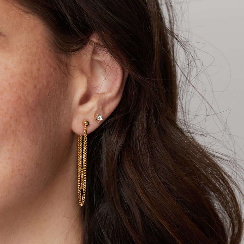 עגילי זהב קטנים צמודים בצורת כוכב עם אבן שקופה