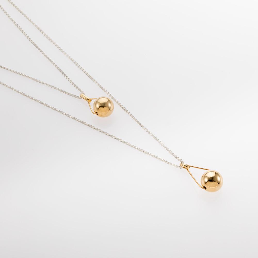 שרשרת כפולה מכסף עם תליון כדור משולש זהב